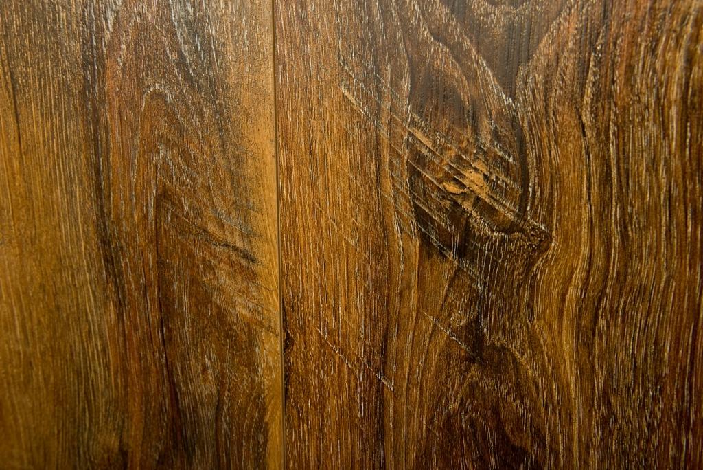 Drewno ma różne odcienie i tak też jest w przypadku paneli winylowch wielokolorowych