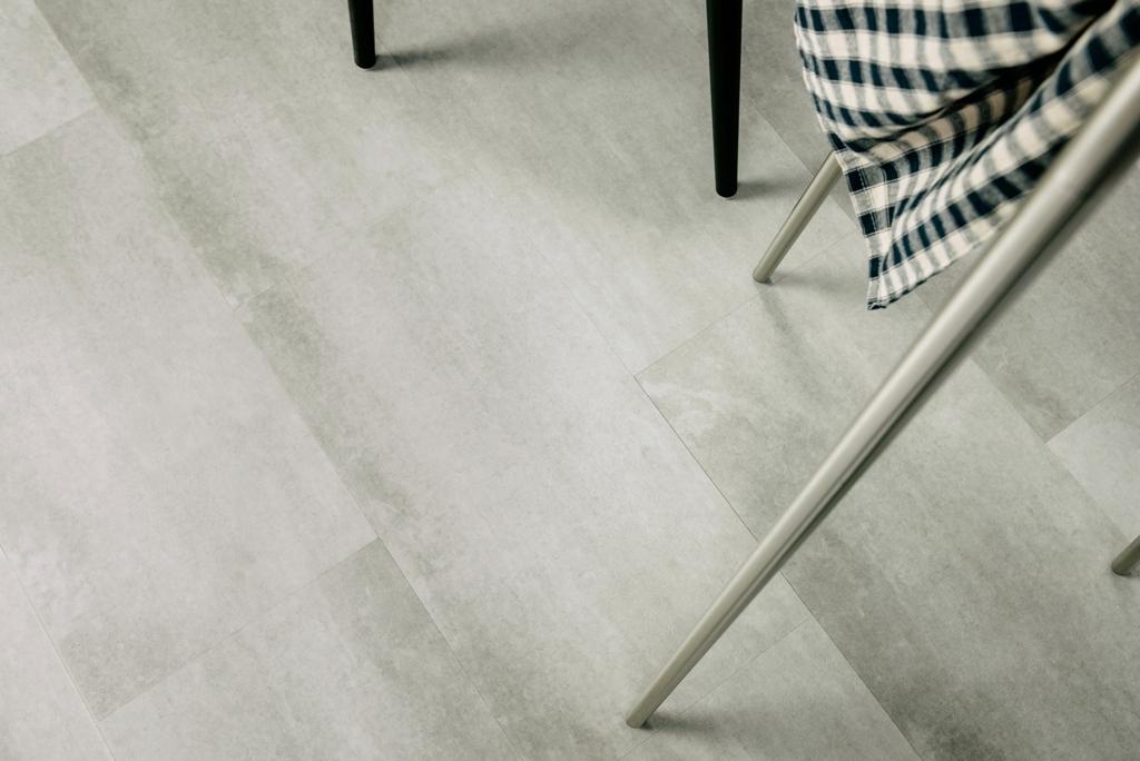 Podłoga woodoodporna super imituje jasny beton