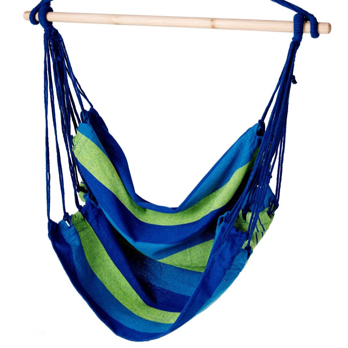 Wiszące krzesło z materiału płóciennego w pięknym niebiesko-zielonym kolorze.