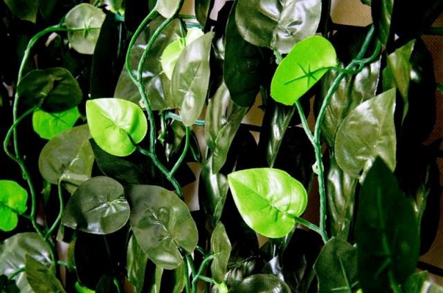 Sztuczny żywopłot bluszcz w rolce w kolorze ciemnozielonym z jasnozielonymi akcentami. Idealny na balustradę balkonową.